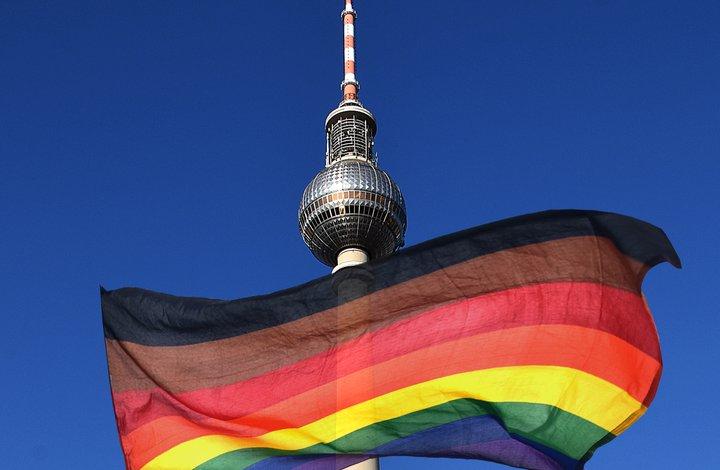 Fernsehturm mit Regenbogenflagge