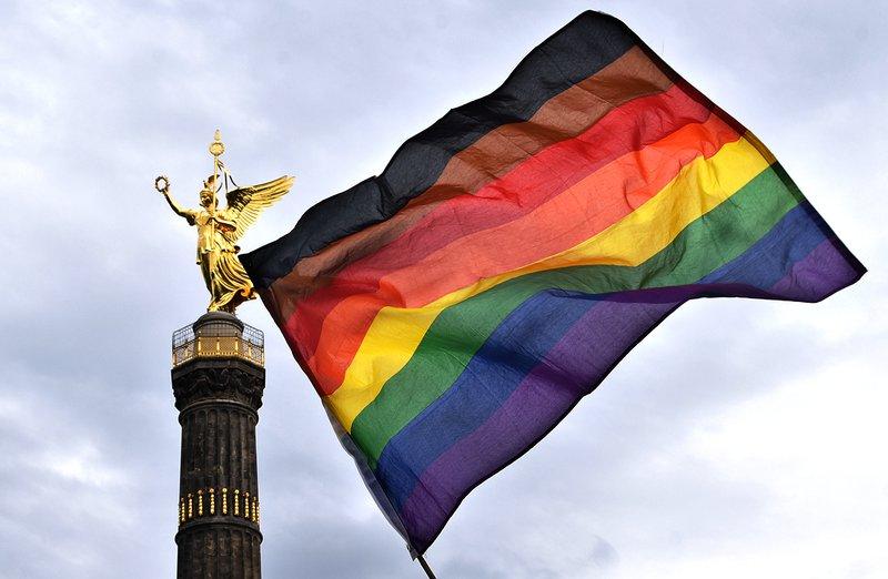Pride Flagge vor der Siegessäule