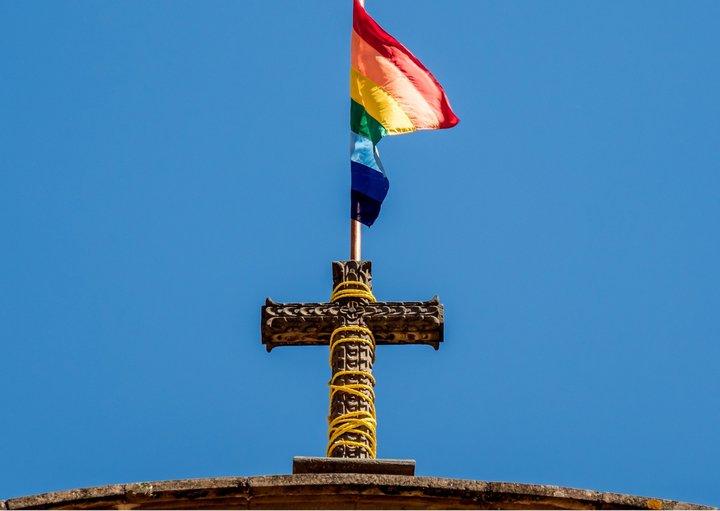 Kirchenkreuz mit Regenbogenfahne