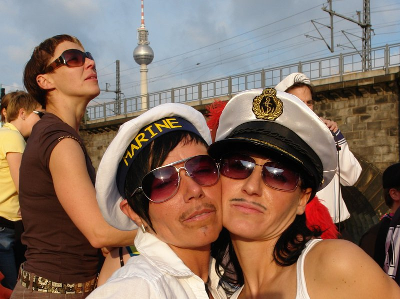 Zwei Personen mit Kapitänsmützen beim CSD auf der Spree