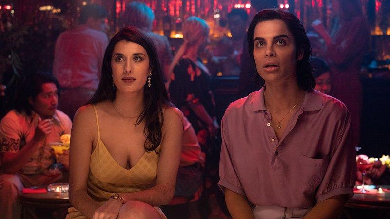 zwei Menschen sitzen in einer Bar
