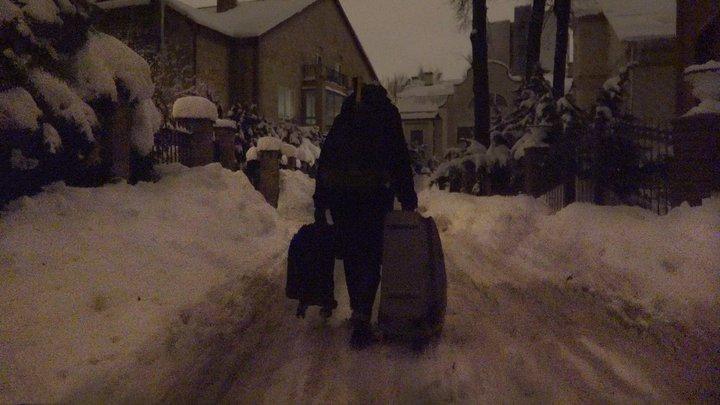 Szene aus Welcome to Chechnya, eine Person geht mit Koffern durch den Schnee