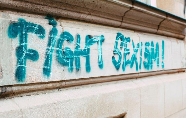 Graffiti mit dem Schriftzug Fight Sexism an der Seite eines Gebäudes