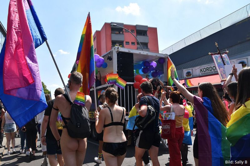 Menschen bei der Berliner CSD-Demo 2020 am 27.6. mit Regenbogenfahnen