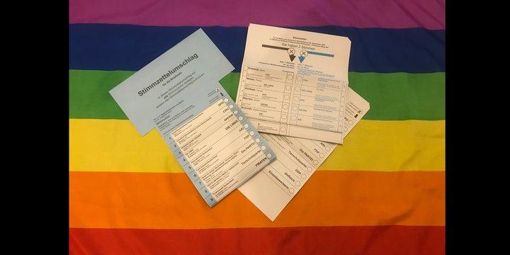 Stimmzettel Wahlen mit Regenbogenfahne